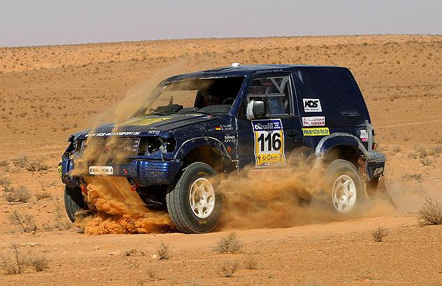 Mitsubishi offroad in der Sahara - Thomas Starck Autofotografie